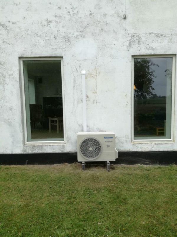 eksempel på montering af luft til luft varmepumpe med betonsokkel